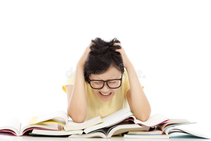 El grito y la muchacha cansada del estudiante con muchos reservan fotografía de archivo