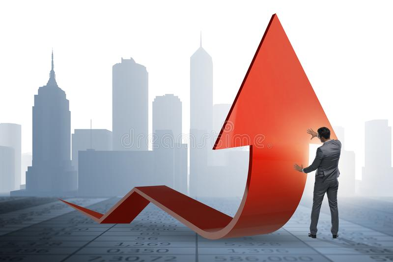 El growtn favorable del hombre de negocios en economía en gráfico de la carta fotos de archivo libres de regalías