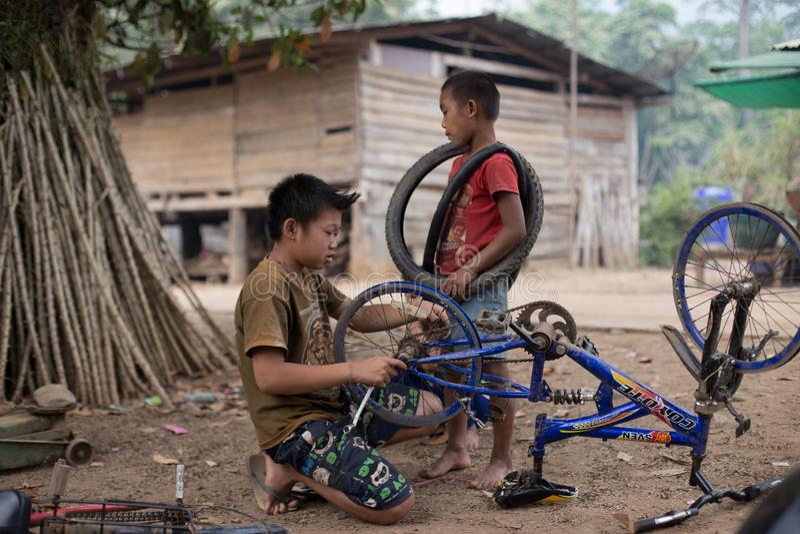 El grupo étnico en Tailandia muy pobre pero tiene cultura hermosa, Karen de estos niños muy linda e inocente imagen de archivo libre de regalías