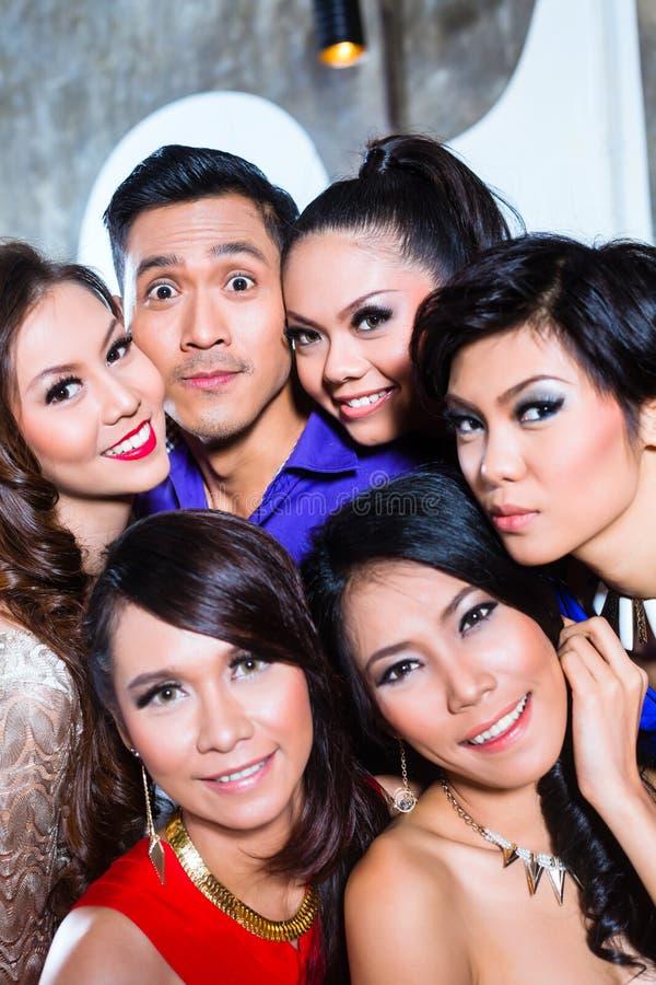 El grupo asiático de gente del partido que toma imágenes desea al club de noche fotografía de archivo libre de regalías