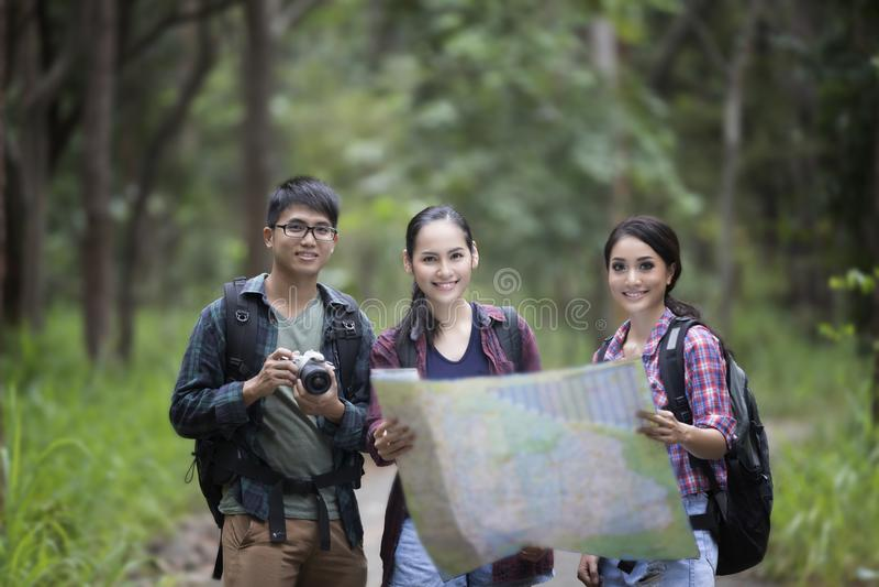 El grupo asiático de gente joven que camina con los amigos hace excursionismo sin llamar foto de archivo