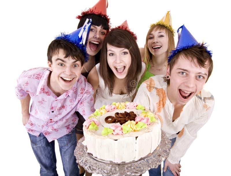 El grupo de adolescentes celebra feliz cumpleaños. imagenes de archivo