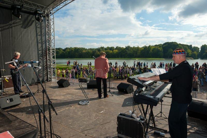 El grupo de Aleksej Kozlov Arsenal se realiza en Usadba Jazz Festival imagenes de archivo