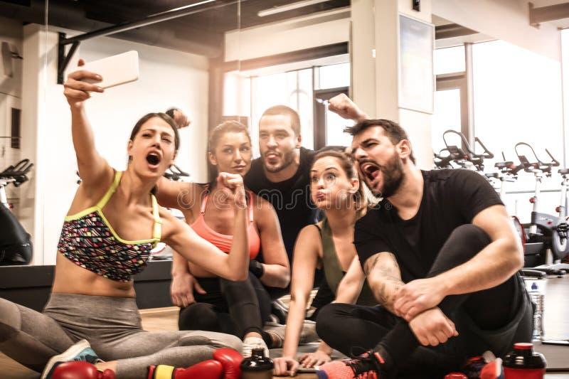 El grupo de amigos después del ejercicio se ríe junto fotos de archivo