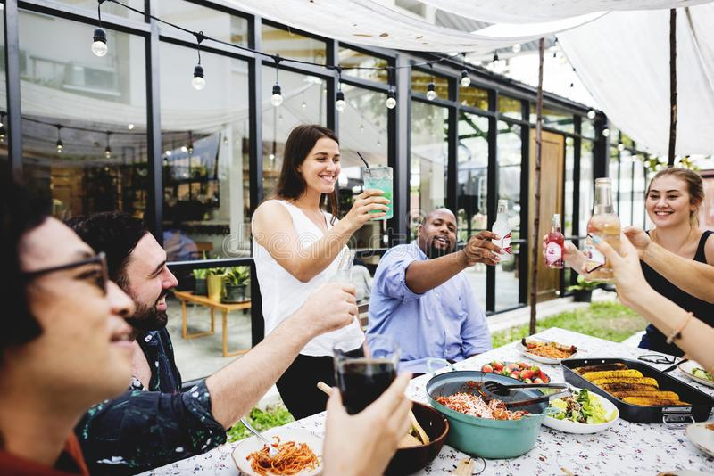 El grupo de amigos diversos que disfrutan de verano va de fiesta junto imagen de archivo libre de regalías
