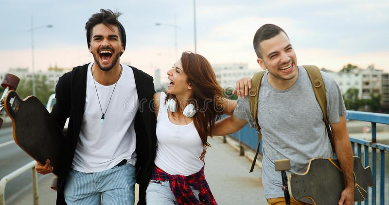 El grupo de amigos felices cuelga hacia fuera junto fotos de archivo libres de regalías