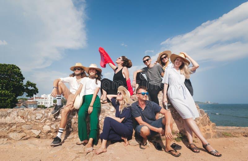 El grupo de amigos felices elegantes jovenes viaja junto, comunidad de la amistad foto de archivo