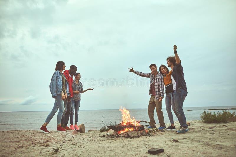 El grupo de amigos felices está bailando en la playa fotografía de archivo libre de regalías