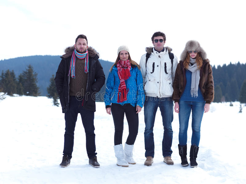 El grupo de amigos tiene la diversión y relajación el vacaciones del invierno imágenes de archivo libres de regalías