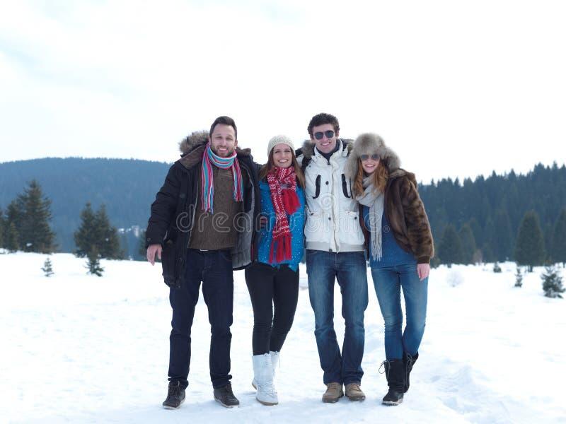 El grupo de amigos tiene la diversión y relajación el vacaciones del invierno foto de archivo