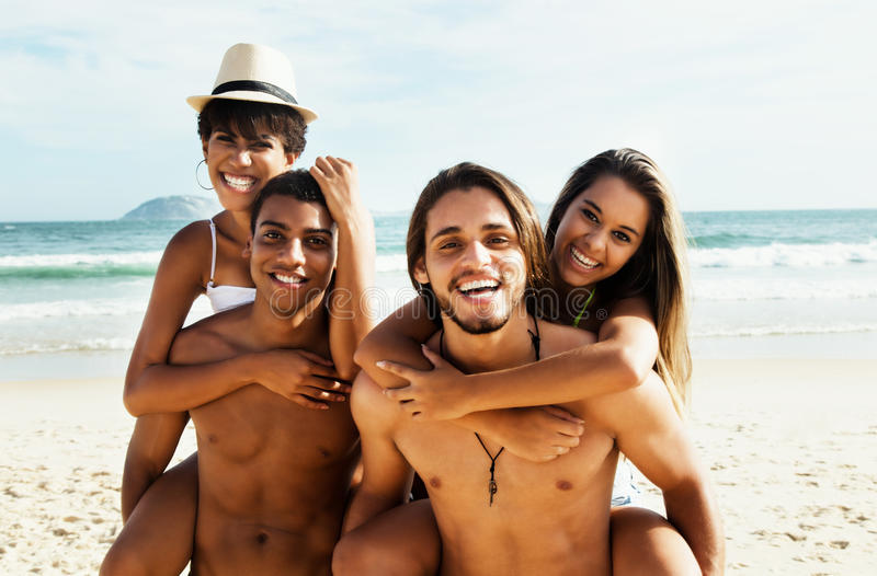 El grupo de amor junta la relajación en la playa imagen de archivo