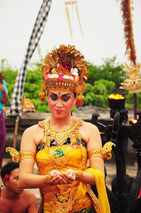 El grupo de bailarines del Balinese realiza drama mitológico fotos de archivo