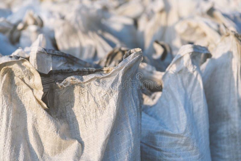 El grupo de bolsos llenados del polipropileno, el embalar de las mercancías para el transporte y el almacenamiento en almacén, pl imagen de archivo libre de regalías