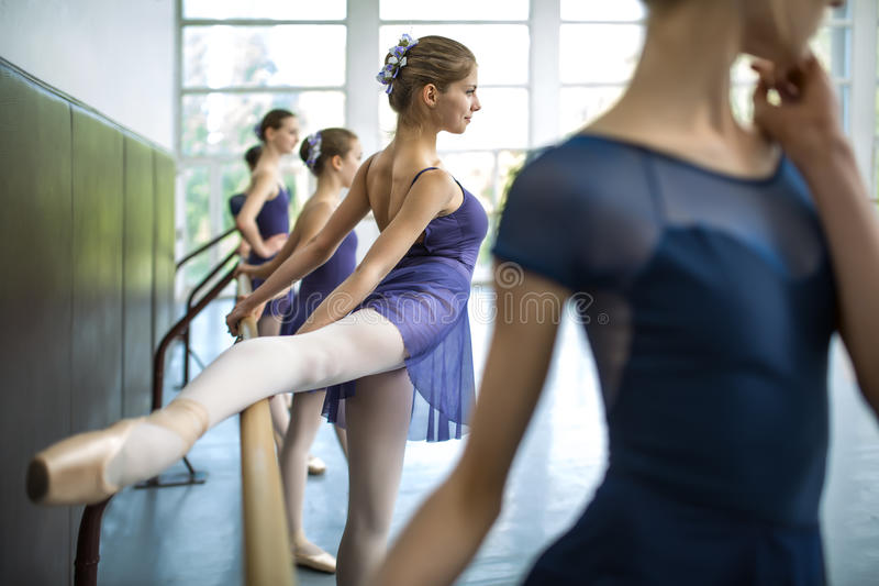 El grupo de cinco bailarines jovenes entrenó en una clase de danza cerca de los vagos imagenes de archivo