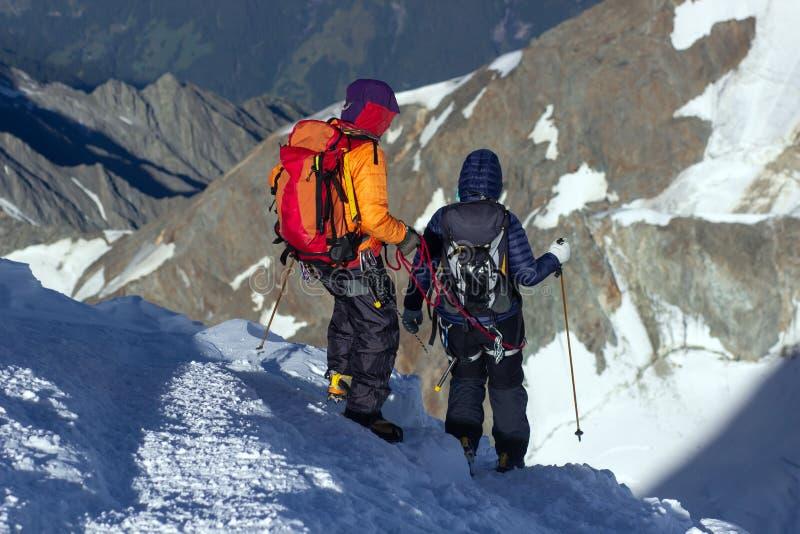El grupo de escaladores desciende de la montaña fotos de archivo