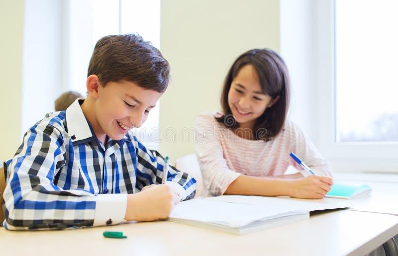 El grupo de escuela embroma la prueba de la escritura en sala de clase foto de archivo libre de regalías