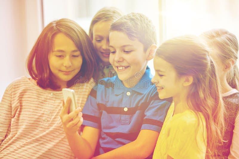El grupo de escuela embroma tomar el selfie con smartphone imagen de archivo