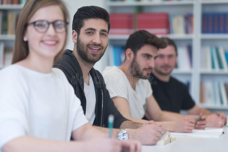El grupo de estudiantes estudia junto en sala de clase imagen de archivo libre de regalías