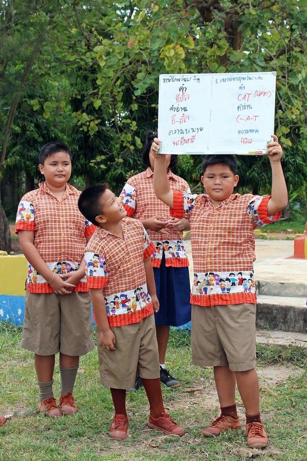 El grupo de estudiantes tailandés está presentando el conocimiento al otro estudiante imágenes de archivo libres de regalías