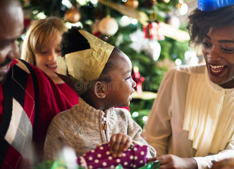 El grupo de gente diversa está recolectando para el día de fiesta de la Navidad fotografía de archivo libre de regalías