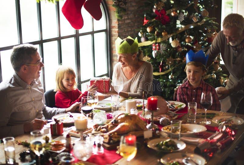 El grupo de gente diversa está recolectando para el día de fiesta de la Navidad foto de archivo libre de regalías
