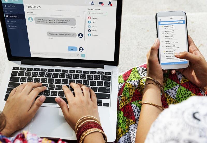El grupo de gente india está utilizando el ordenador portátil del ordenador fotos de archivo libres de regalías
