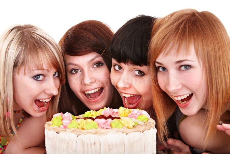 El grupo de gente joven celebra feliz cumpleaños. fotos de archivo