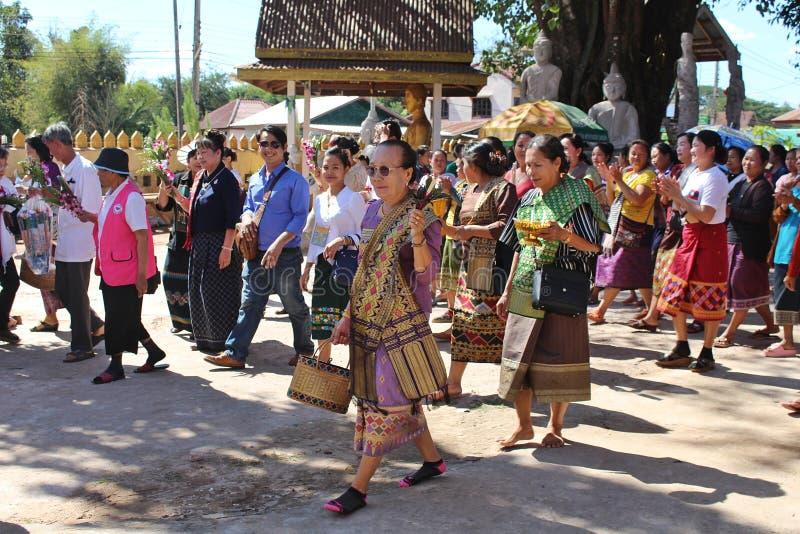 El grupo de la gente tailandesa está caminando para ir a un templo fotografía de archivo