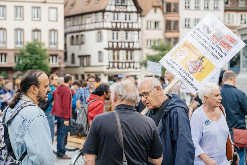 El grupo de manifestantes en ciudad como Melenchon pidió el día de prote imagen de archivo
