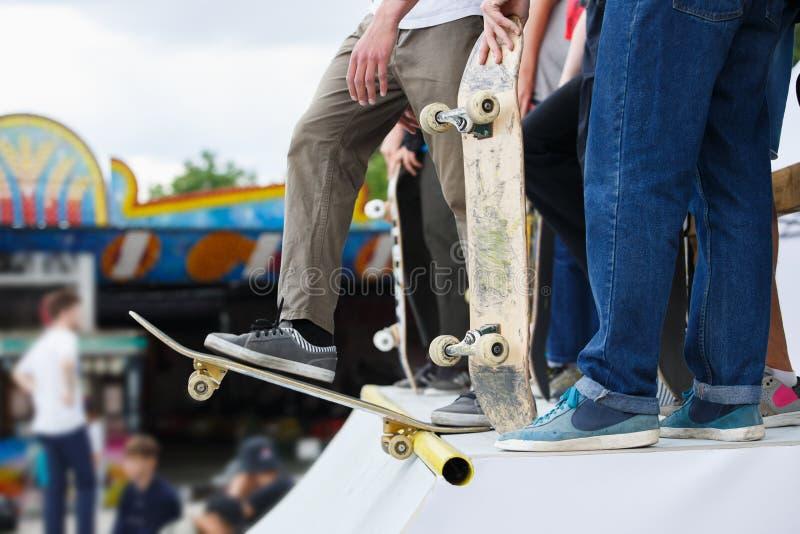 El grupo de muchachos del patinador compite en la competencia del patín al aire libre foto de archivo