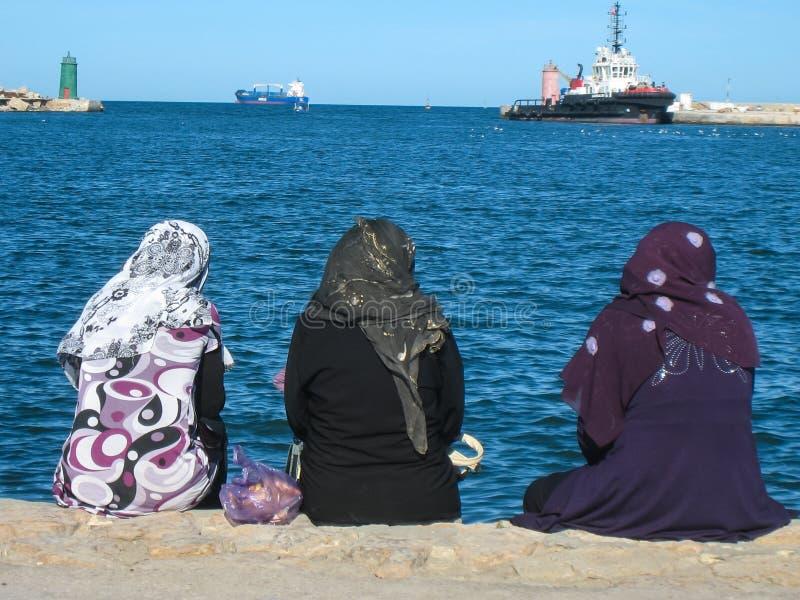 Mujeres que se enfrían hacia fuera en el puerto. Sousse. Túnez fotos de archivo
