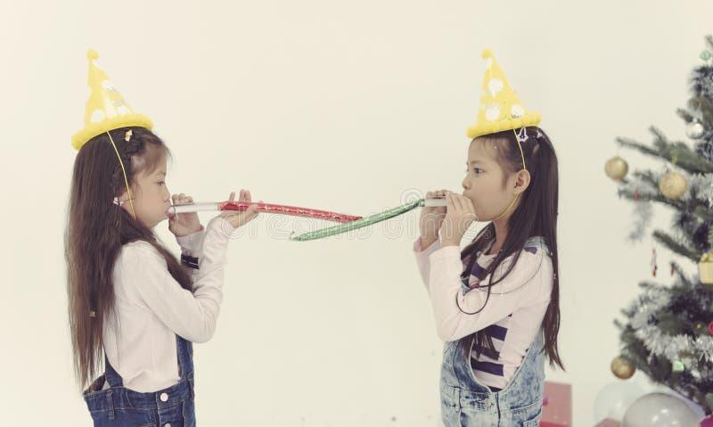 El grupo de niños celebra el toget del partido de la Navidad y de la Feliz Año Nuevo imagen de archivo libre de regalías