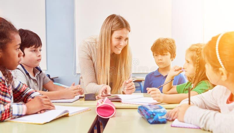 El grupo de niños hace la preparación en escuela a tiempo completo imagen de archivo