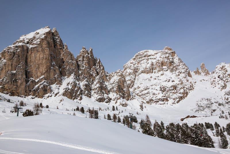 El grupo de Sassolungo (Langkofel) de las dolomías italianas en invierno fotografía de archivo