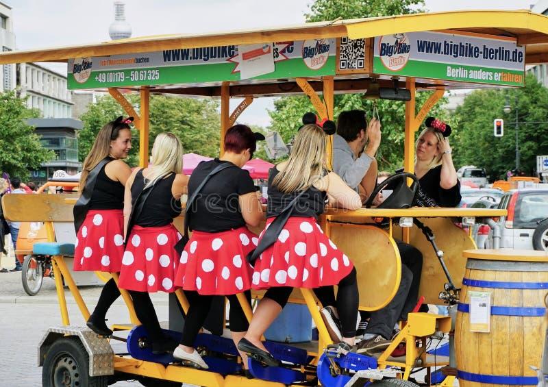 El grupo de señoras va de fiesta en una bicicleta de la cerveza construida para 8 imagen de archivo libre de regalías
