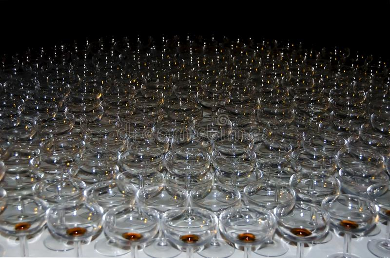 El grupo de vidrios planos para el champán o el vino se ha colocado encendido imagen de archivo
