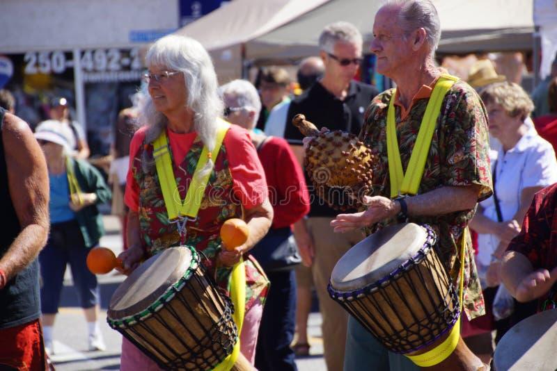 El grupo del tambor de Okanagan se realiza imagenes de archivo