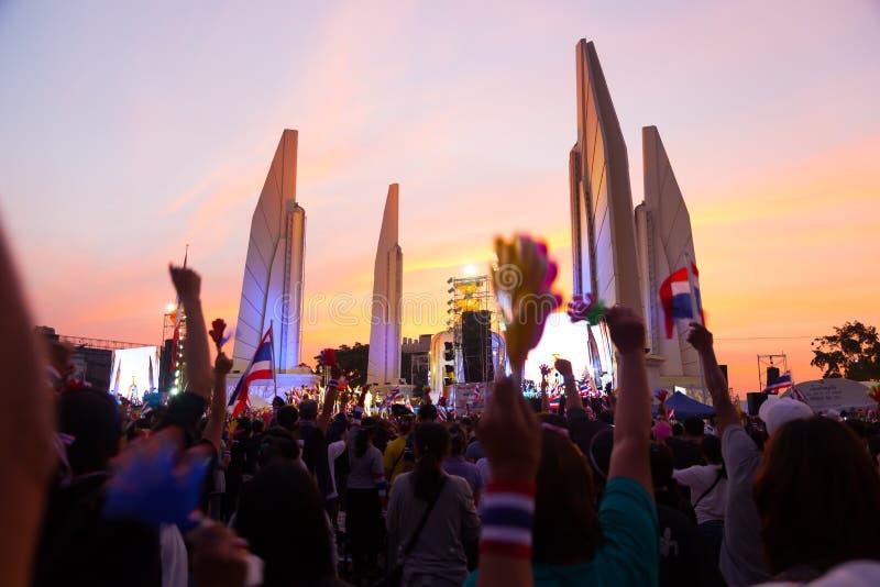 El grupo grande de manifestantes imagenes de archivo