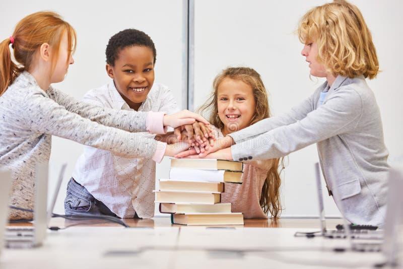 El grupo multicultural de los niños apila las manos imágenes de archivo libres de regalías
