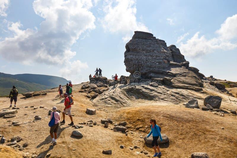 El grupo no identificado de motoristas sube la colina en las montañas de Bucegi en Rumania fotos de archivo libres de regalías