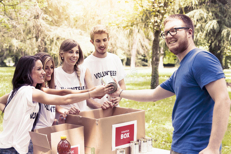 El grupo voluntario recibe la donación de la comida imágenes de archivo libres de regalías
