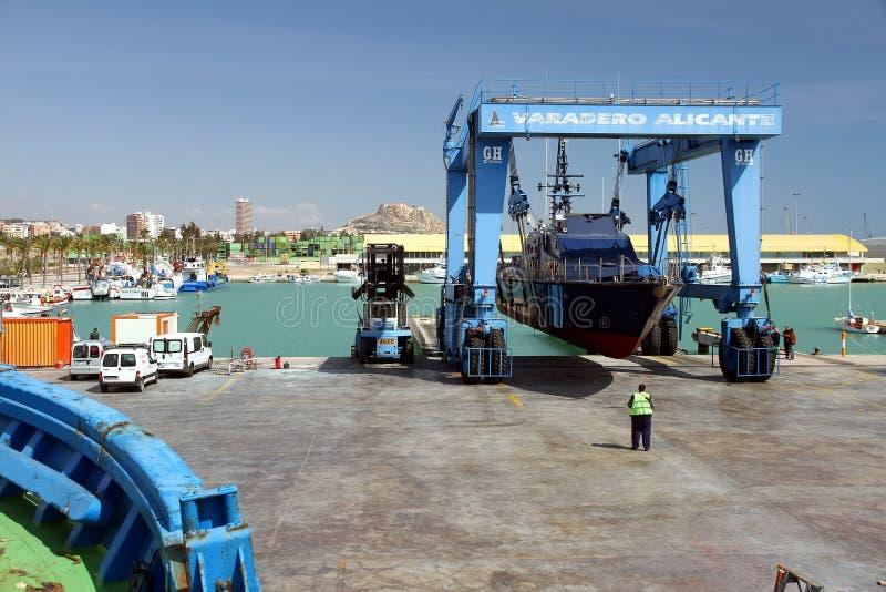 El guardacostas de las aduanas españolas sobre un travelift antes va al agua imagenes de archivo