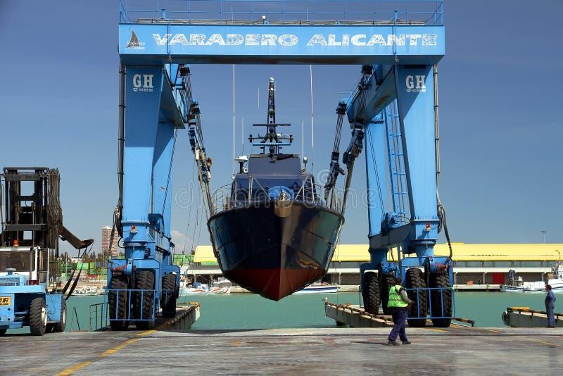 El guardacostas de las aduanas españolas sobre un travelift antes va al agua foto de archivo