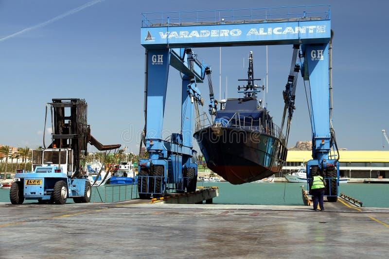 El guardacostas de las aduanas españolas sobre un travelift antes va al agua fotos de archivo
