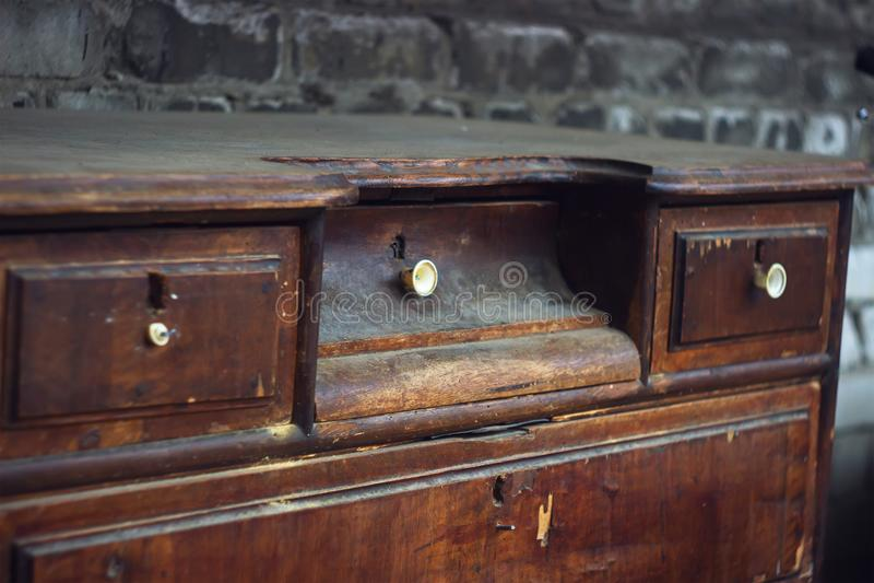El guardarropa viejo con los estantes foto de archivo