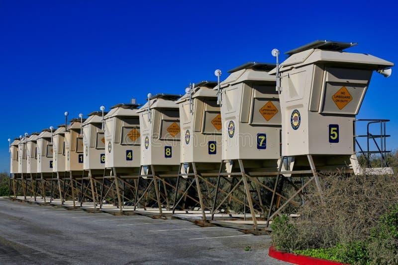 El guardia de vida preside la playa cristalina California de Newport de la ensenada imágenes de archivo libres de regalías