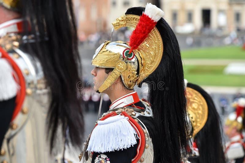 El Guardia Nacional de Italia del honor durante una ceremonia militar foto de archivo