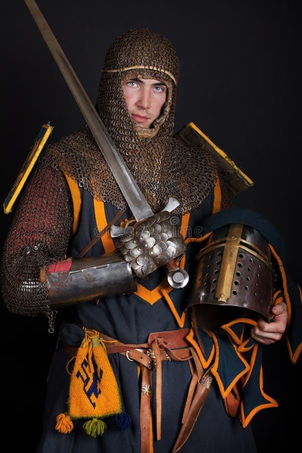 El guerrero está sosteniendo un casco fotos de archivo libres de regalías