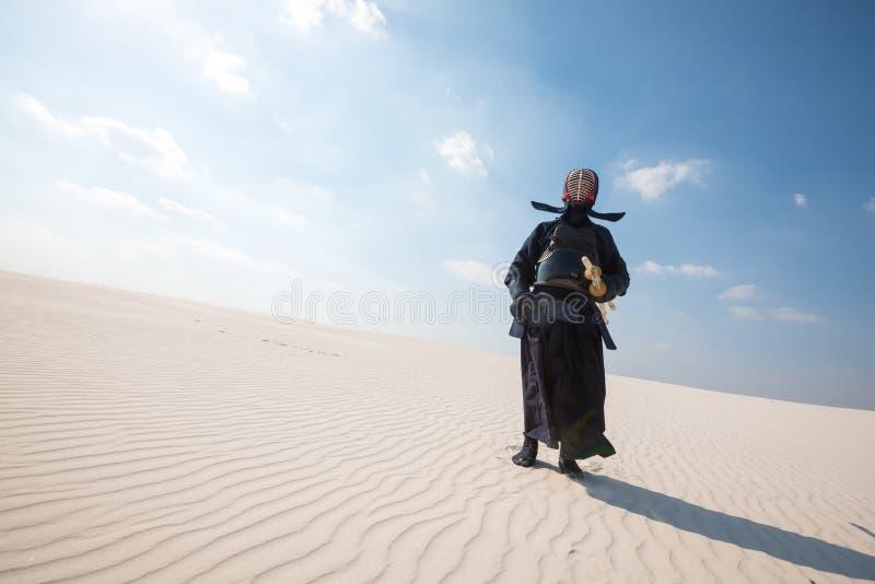 El guerrero, hombre en la armadura tradicional para el kendo se coloca, alista al pra imagen de archivo libre de regalías