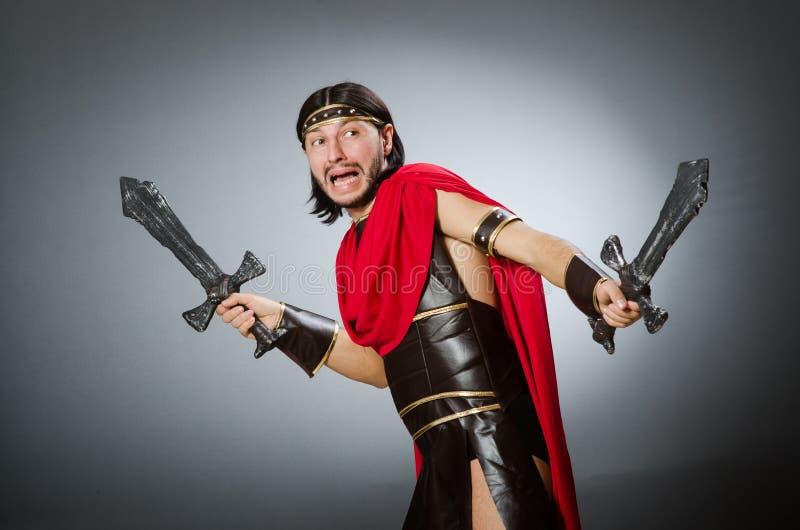 El guerrero romano con la espada contra fondo imagen de archivo libre de regalías